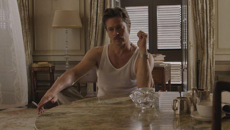 Brad Pitt als de schrijver Roland. In tegenstelling tot zijn vrouw speelt hij wél een goede rol, al weet hij de film nimmer te redden. Beeld PHOTO_NEWS