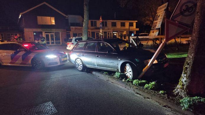 De Belgische auto is in Otterlo tegen een lantaarnpaal geknald tijdens de achtervolging door de politie.
