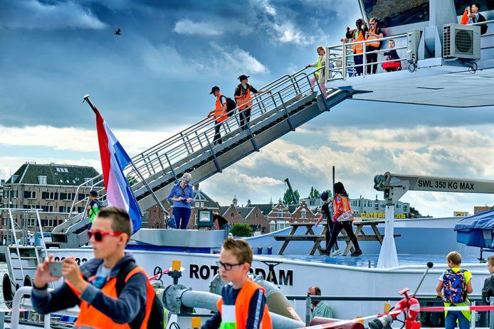 Scholieren bezoeken binnenvaartschepen op de Binnenvaartdagen in Zwijndrecht.