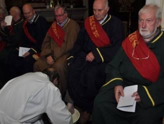 Apostelen gaan met vuile voeten paasweekend in
