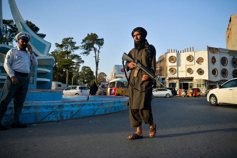 Een Taliban-strijder in de straten van Herat.  Beeld AFP
