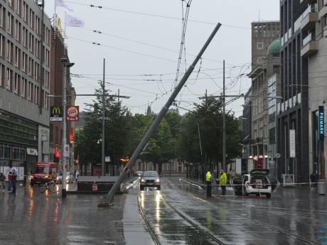 Geen (tram)verkeer via Spui mogelijk nadat vrachtwagen tegen htm-paal rijdt