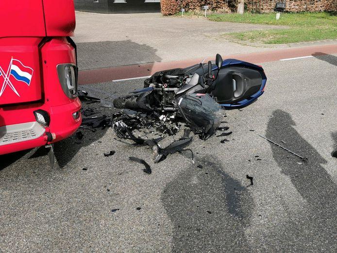 De zwaar beschadigde motor na de frontale botsing op de Vadaring in Wageningen.