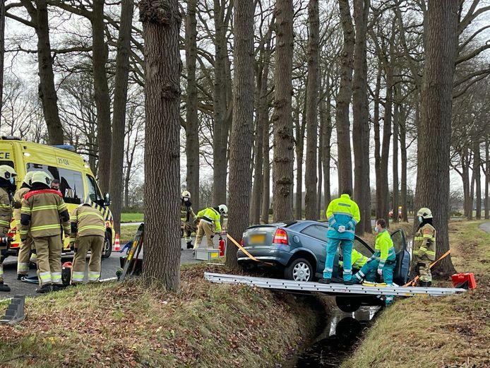 Auto raakt van de weg vlakbij het kasteel bij Heeswijk-Dinther.