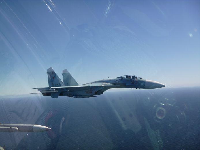 Deux F-16 belges ont décollé tôt vendredi dernier de leur base en Lituanie pour intercepter des chasseurs russes qui se dirigeaient vers un destroyer américain en mer Baltique.