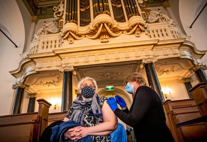 Alphense huisartsen prikten vorige week in de Oudshoornsekerk in Alphen. Op de foto Jeanne van Buuren, die haar vaccin krijgt.