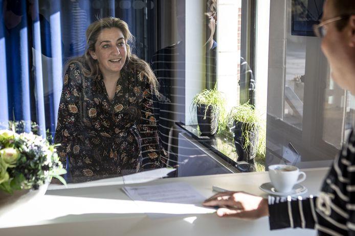 Een scherm beschermt de medewerkers van WBO Wonen en haar klanten. Op deze manier kunnen huurders toch een huurcontract ondertekenen op kantoor.