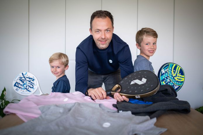 Stijn De Groef (met zonen Oscar en Leo) lanceert een kledinglijn rond padel.
