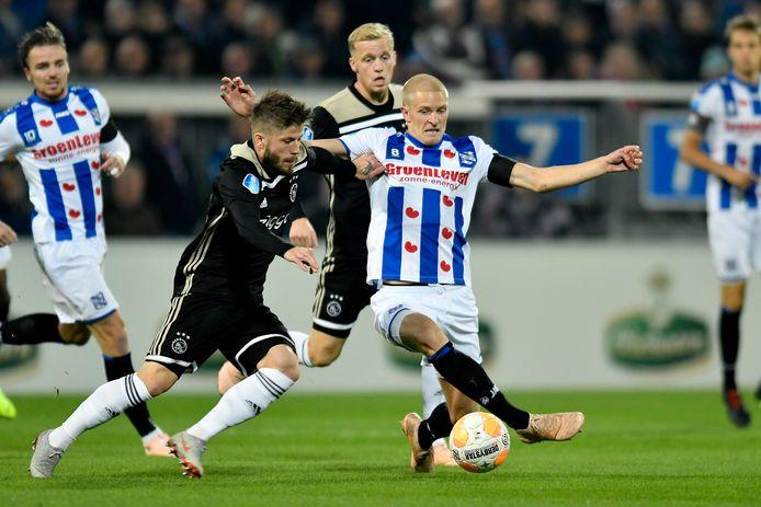 Lasse Schöne in duel met Morten Thorsby.