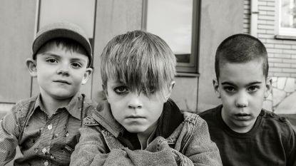 Kinderen imiteren rocksterren in foto-expo