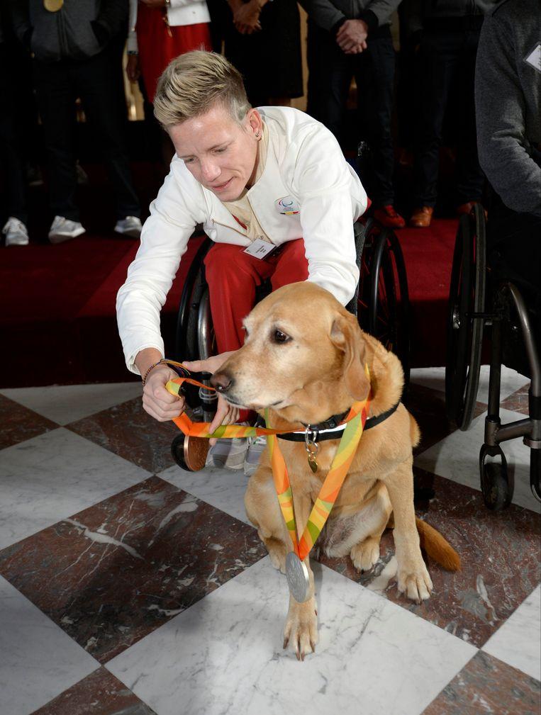 Marieke Vervoort met haar onafscheidelijke hulphond Zen. Beeld Photo News