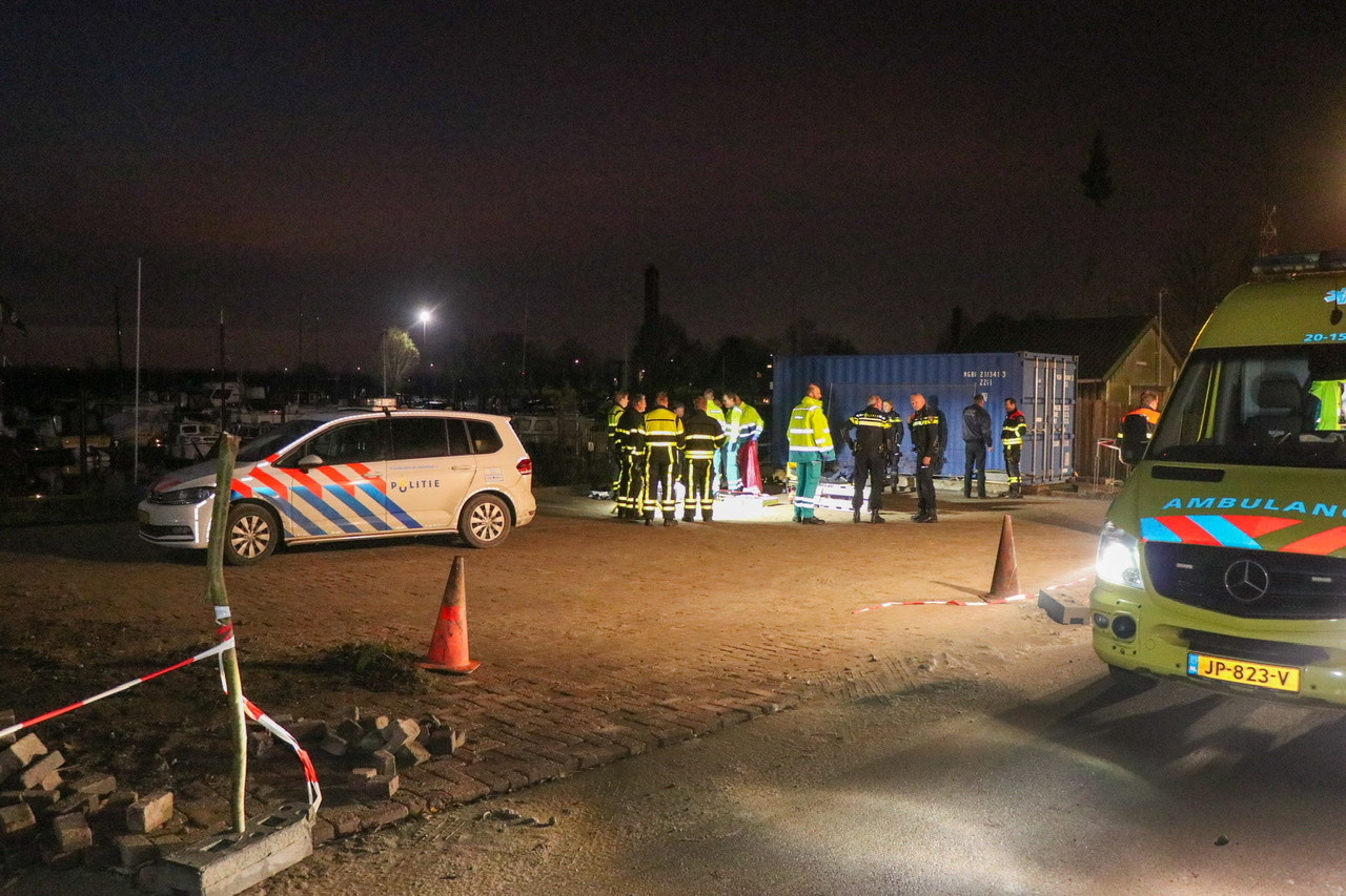 Visser te water in jachthaven Werkendam