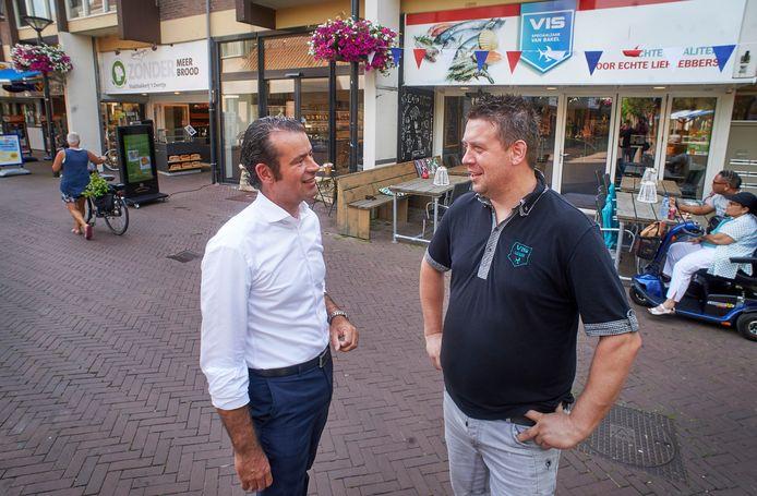 CDA-raadslid Sidney van den Berg en visboer Harold van Bakel voor de viszaak aan Terwaenen te Oss.