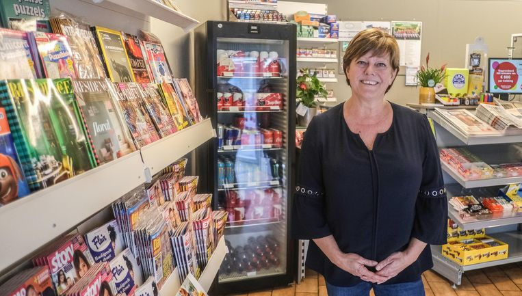 Kaat Defoirdt (51) serveert in haar krantenwinkel 'Kaffie en Boukskies' ook koffie en soms taart en soep.