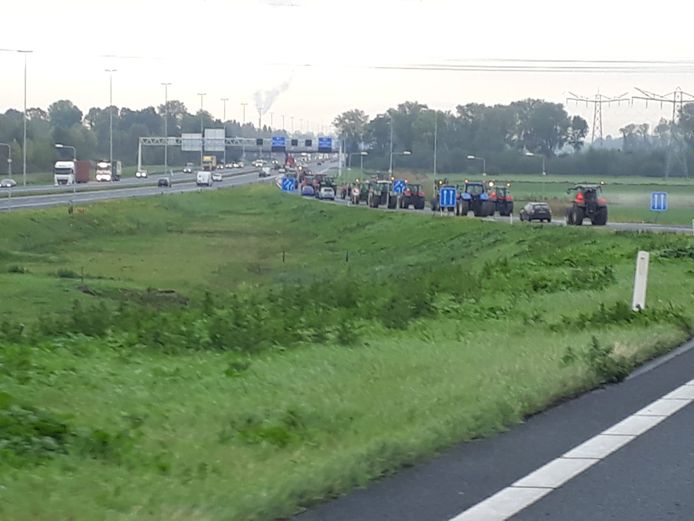 Boeren per tractor onderweg naar Arnhem, bij knooppunt Neerbosch.