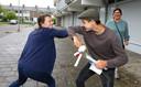 Cihan van Holten (15) geeft al zijn docenten in de stromende regen een elleboogboks.
