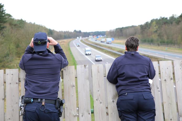 Agenten controleren bestuurders op viaduct De Pals.