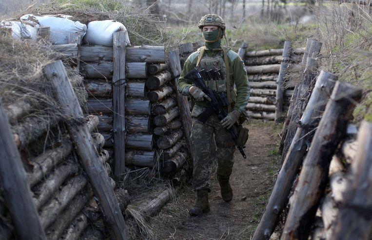 Een Oekraïense militair in een loopgraaf bij Lugansk, nabij het front met de door Rusland gesteunde separatisten. Beeld AFP