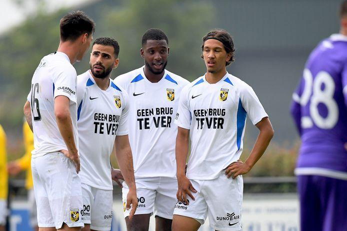 Oussama Tannane en Riechedly Bazoer (midden) vielen in bij Vitesse in het oefenduel met OFI Kreta.