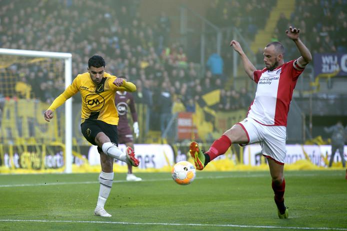 Anco Jansen blokt de bal bij het uitverdedigen van Khalid Karami.