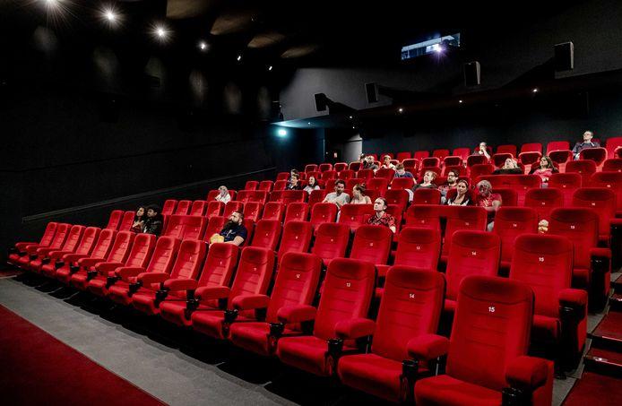 Bioscoopgangers zitten op 1,5 meter afstand van elkaar in een bioscoopzaal van Pathé.