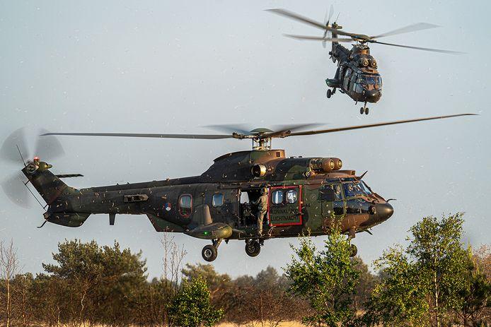 De Cougar transporthelikopter doet mee aan de oefening boven Oost- en Midden-Nederland.