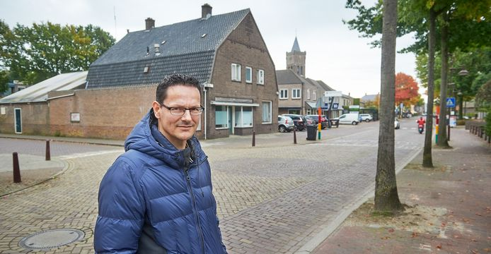 Raoul van den Bosch bij het voormalige Warenhuis van Schaijk aan de Runstraat.