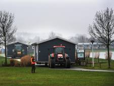 Wassende water bedreigt vakantiehuisjes Eiland van Maurik: 'Zo hoog heb ik het hier in de zomer nog nooit meegemaakt'