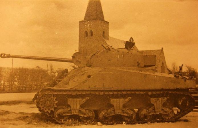Een gehavende geallieerde tank voor de kerk in Megchelen. De tank was lang een oorlogsmonument in het dorp. collectie Peter Bresser
