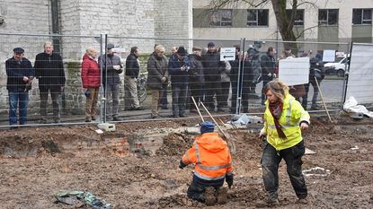 Tiental skeletten en kerkhofmuur aangetroffen