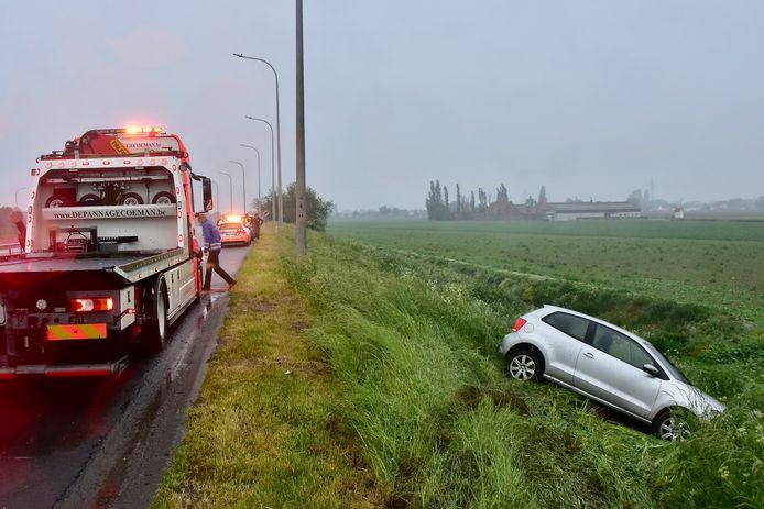 De Volkswagen Polo strandde naast de snelweg, na een schuiver op de wisselaar in Wevelgem.