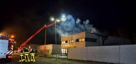 Brand in leegstaand kantoorpand Hoogerheide onder controle: 'Eerst een knal, daarna gelijk vlammen'