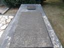 Het graf van Van der Lely op de algemene begraafplaats in Woudrichem. Boven de zerk is het gemeentewapen afgebeeld. Het geld voor de grafzerk is door de bewoners bijeen gebracht.