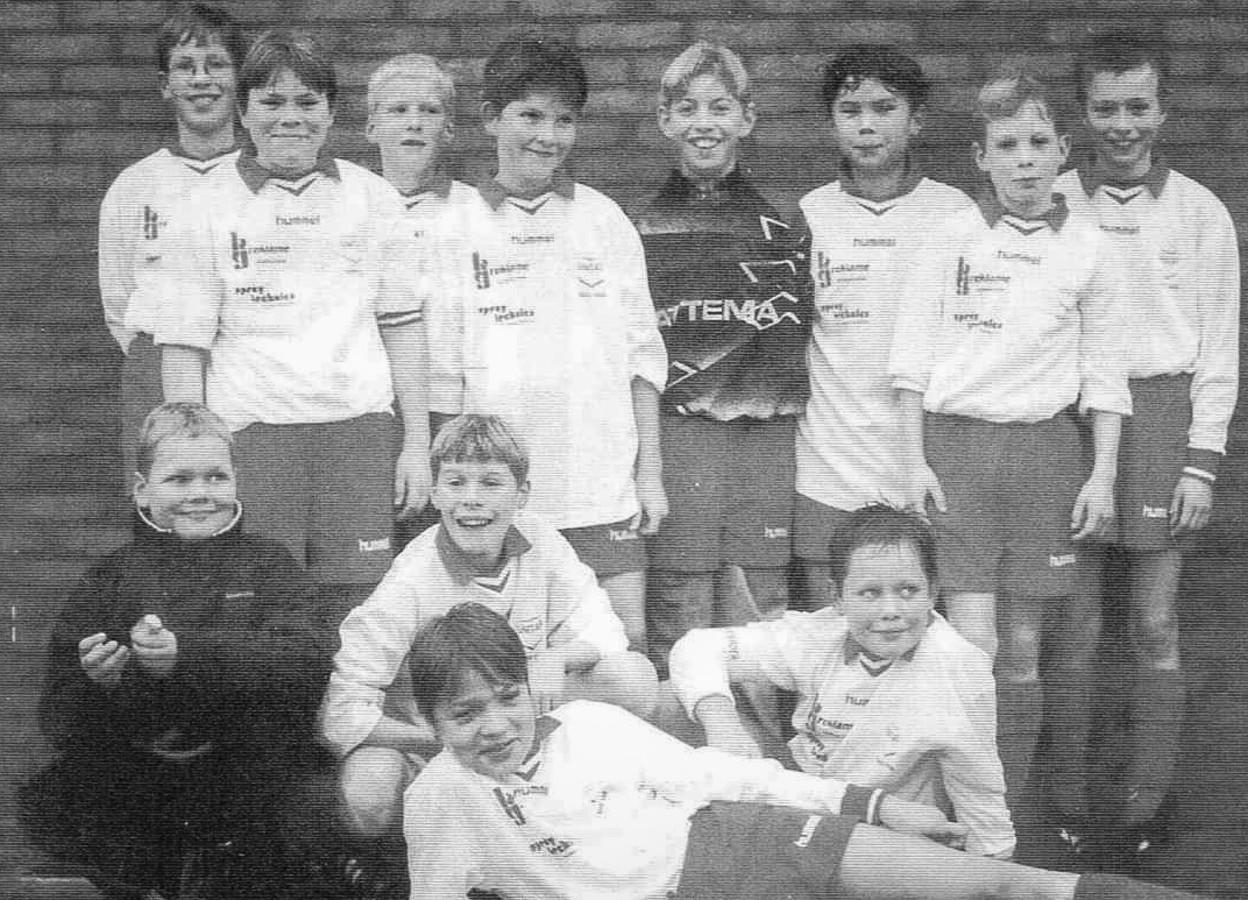 Unitas D1 in het seizoen 1999-2000, met liggend op de voorgrond Christiaan Perrier. De keeper is Ruud Verberk. Rechtsonder zit Hans Bos.