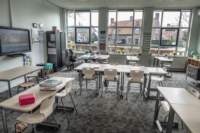 Lege klaslokalen, zoals hier bij basisschool De Raamdonk in Grave, behoren vanaf maandag tot het verleden.