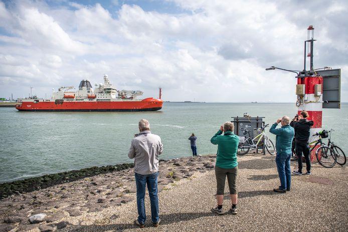 Belangstellenden kijken 31 augustus hoe het Australische onderzoeksschip Nuyina vertrekt uit Vlissingen waar het op de Damen-werf werd gebouwd. Midden oktober komt het in Tasmanië aan.
