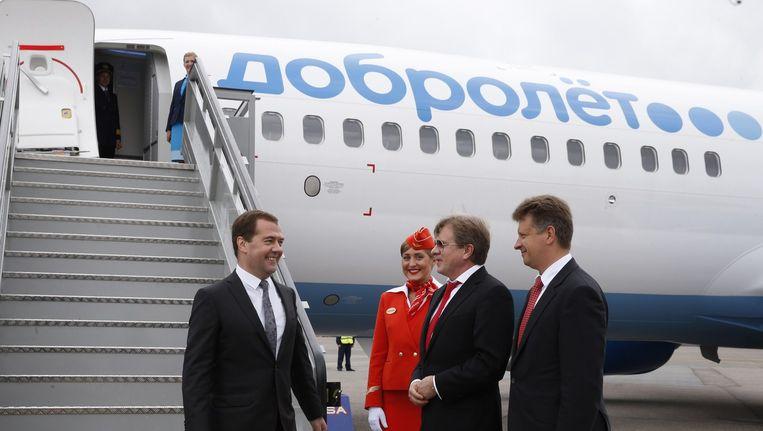 De Russische premier Medvedev (links) bij een vliegtuig van Dobrolet op 10 juni dit jaar Beeld anp
