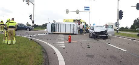 Veel schade door ongeluk tussen busje en auto bij Enspijk
