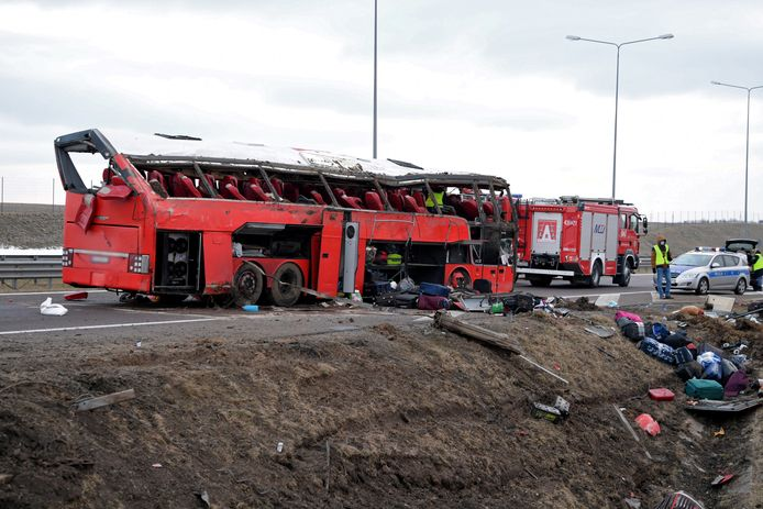 Het wrak van de gecrashte bus.