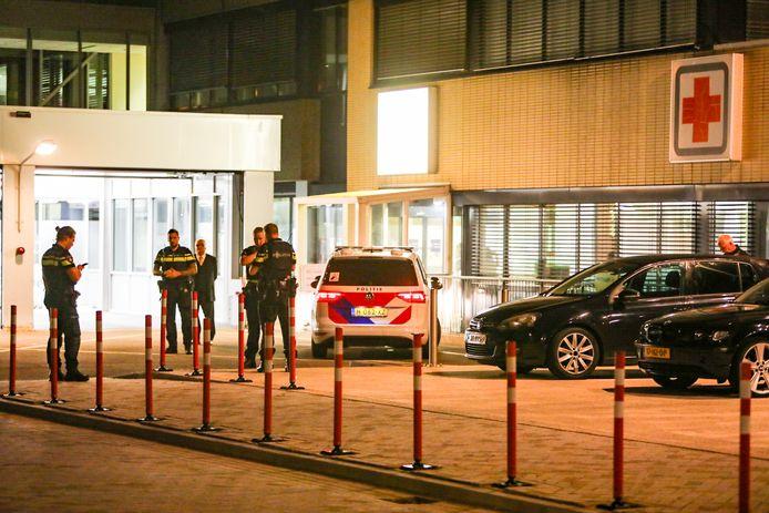 De agenten meldden zich bij de spoedpost van het Gelre Ziekenhuis.