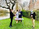 N-VA Brugge organiseerde vandaag op een ludieke en coronaveilige manier een huwelijk in het Minnewaterpark.