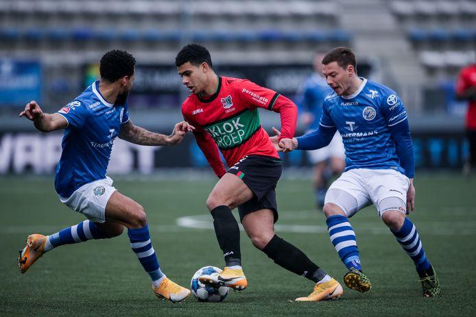 Elayis Tavsan namens NEC in duel met twee spelers van FC Den Bosch.