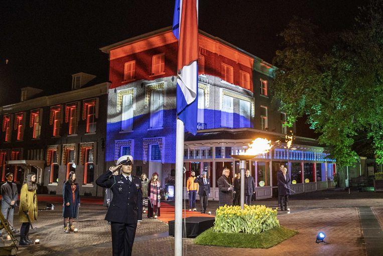 De burgemeester van Wageningen Geert van Rumund ontsteekt het bevrijdingsvuur tijdens de bevrijdingsvuurceremonie. Beeld ANP