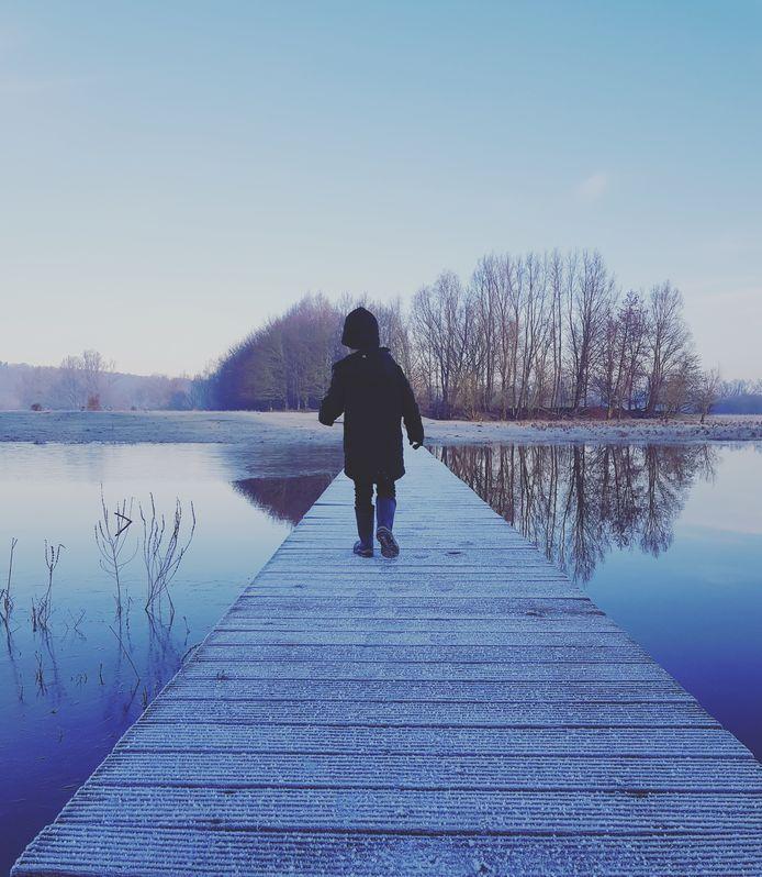 Dean Jansen wandelend in een blauwe Blauwe Kamer in Wageningen