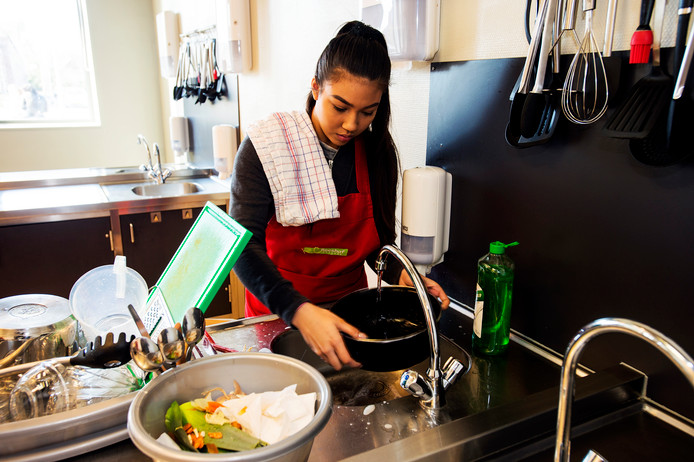 Lorna Carli (16) doet praktijkexamen op het Reeshof College voor het vak koken. Foto Marie-Thérèse Kierkels/BW