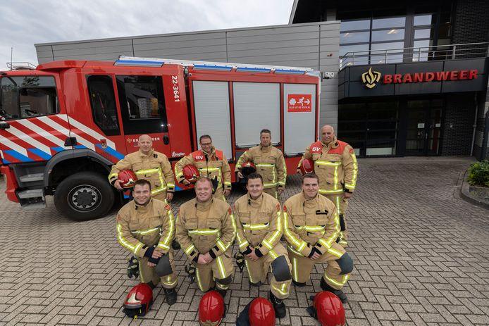 De vrijwillige brandweer van Lieshout met vlnr. Mari van Melfoort met zoon Remy, Noud van Erp met zoon Frank, Michel den Bol met zoon Rens en Peter van Vlerken met zoon Bas.