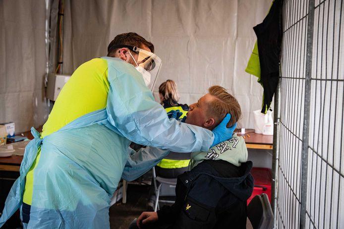 Een bezoeker van popfestival Back To Live wordt getest op het coronavirus voor binnenkomst op het festival.