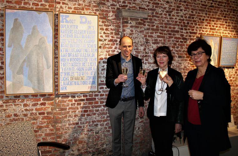 Kunstenares Anne van Herreweghen geflankeerd door Tomas Uwents van Sublim en cultuurschepen Marina Van Hoorick (Open Vld)