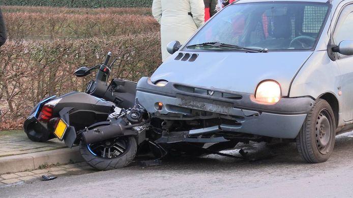 Een scooterrijder is gewond geraakt bij een aanrijding op de kruising van de Gildestraat en de Nijverheidsweg in Doetinchem.