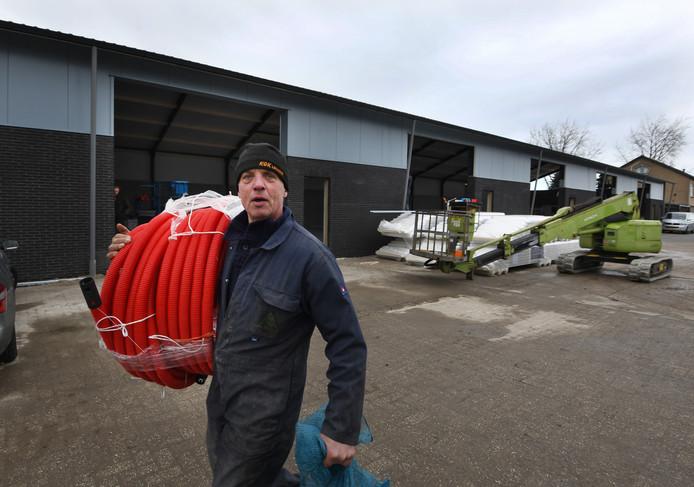 Frans Vink aan het werk bij zijn nieuwe loods in Beesd.